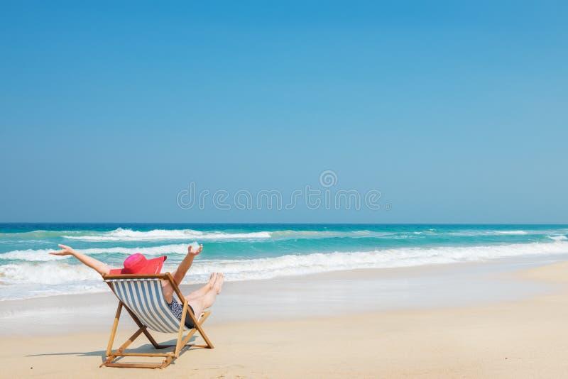 Gelukkige vrouw in rode sunhat op het strand royalty-vrije stock foto's