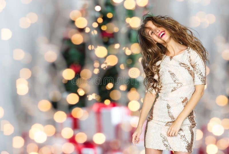 Gelukkige vrouw of tiener die over Kerstmislichten dansen royalty-vrije stock afbeelding