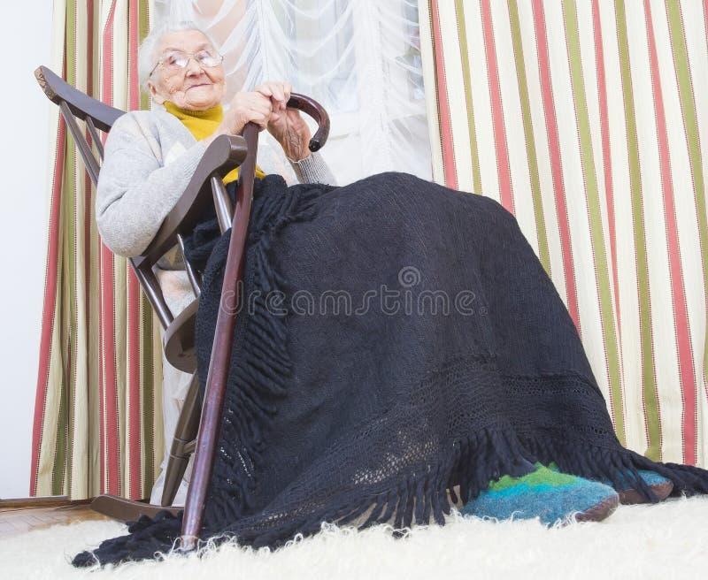 Gelukkige vrouw in verpleeghuis royalty-vrije stock afbeelding