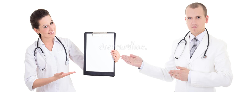 Gelukkige vrouwelijke en mannelijke artsen die die voorschrift tonen op w wordt geïsoleerd stock afbeelding