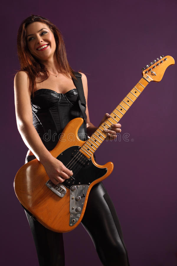Gelukkige vrouwelijke gitarist stock fotografie