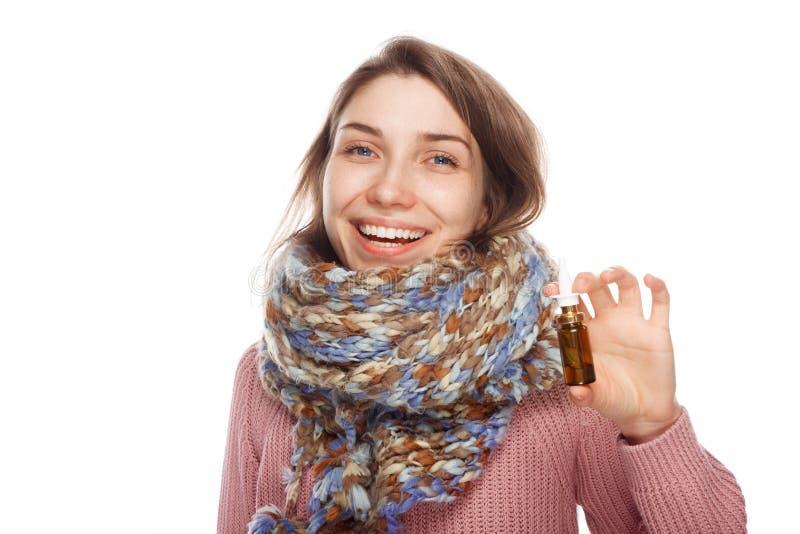 Gelukkige vrouwelijke holdingsfles met geneesmiddel stock fotografie