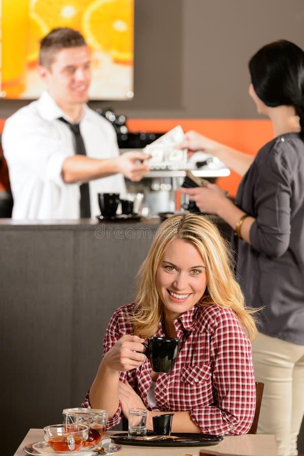 Gelukkige vrouwelijke klant het drinken espresso in koffie royalty-vrije stock foto's