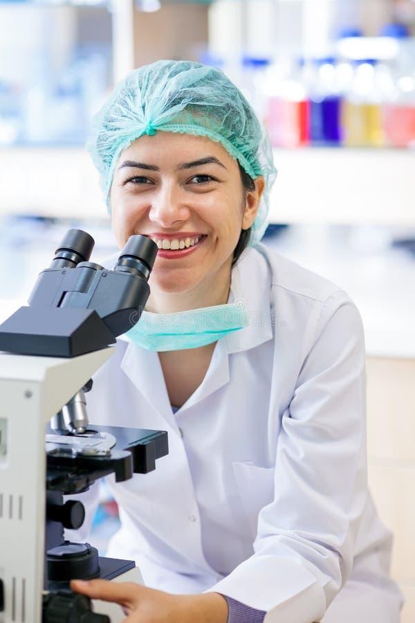 Gelukkige vrouwelijke laboratoriumtechnicus. royalty-vrije stock fotografie