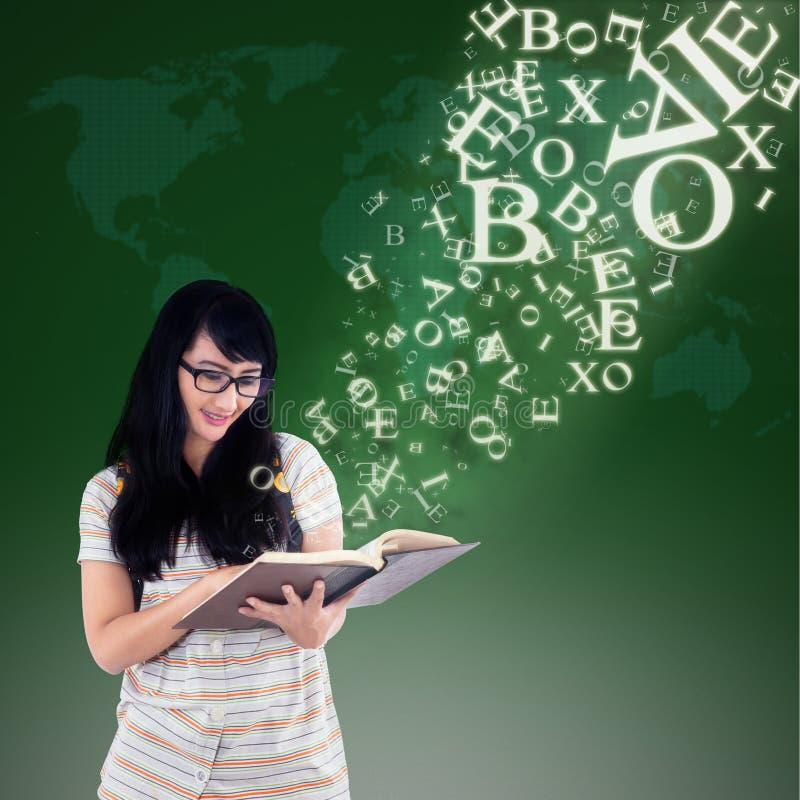 Gelukkige vrouwelijke lezing met alfabetbrieven die uit boek verschijnen vector illustratie