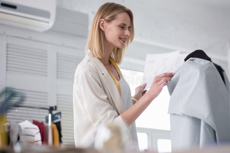 Gelukkige vrouwelijke meer couturier het maken kleding royalty-vrije stock fotografie