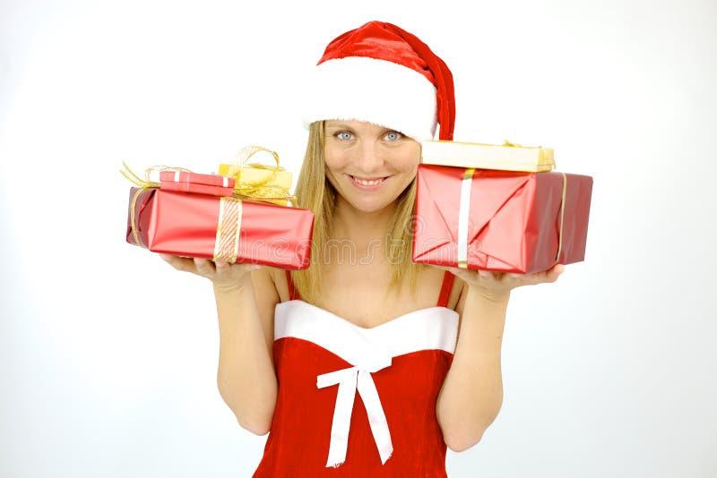 Gelukkige vrouwelijke Santa Claus met gift voor Kerstmis stock afbeeldingen
