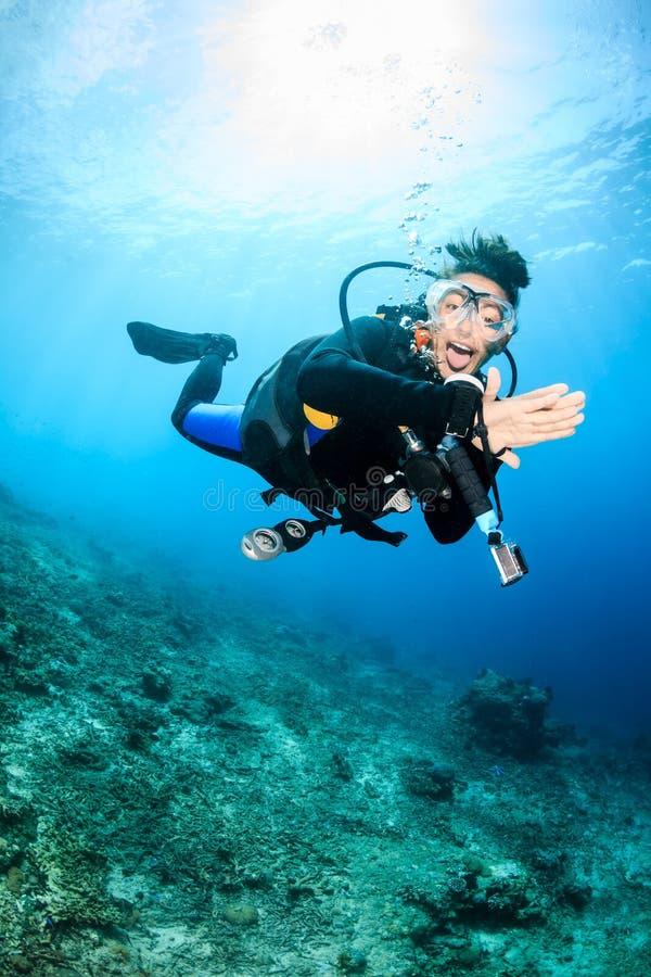 Gelukkige vrouwelijke scuba-duiker stock foto