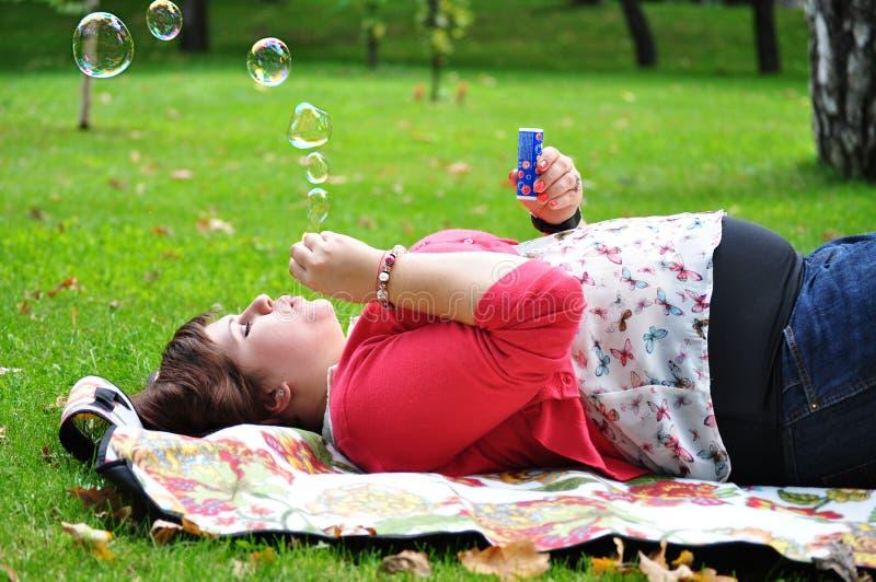 Gelukkige vrouwen blazende zeepbels royalty-vrije stock afbeelding