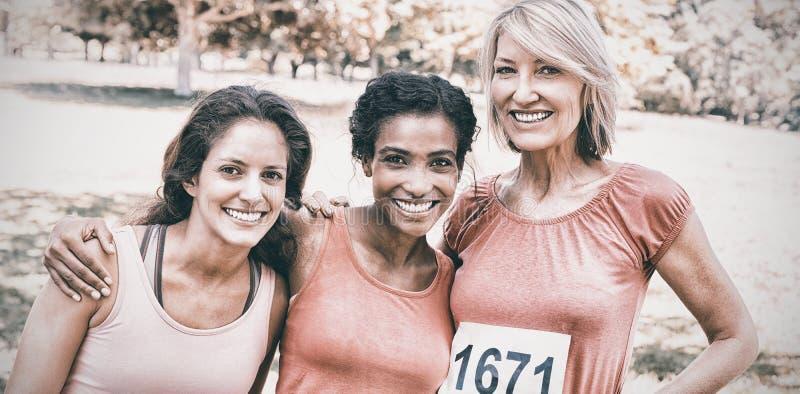 Gelukkige vrouwen die aan de marathon van borstkanker deelnemen royalty-vrije stock fotografie