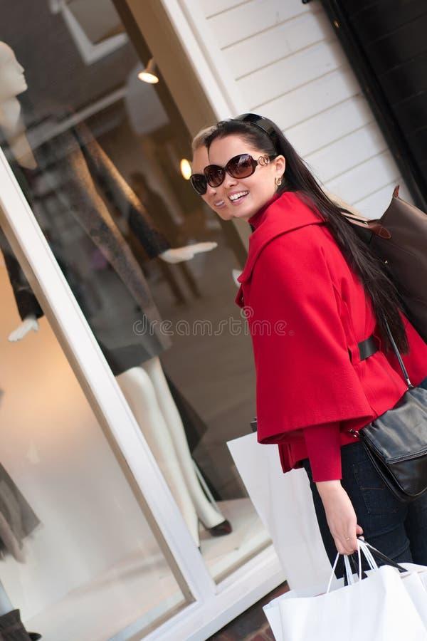 Gelukkige vrouwen die met witte zakken winkelen royalty-vrije stock foto's