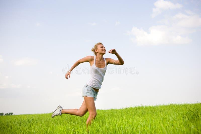 Gelukkige vrouwen die op gebied runing stock foto