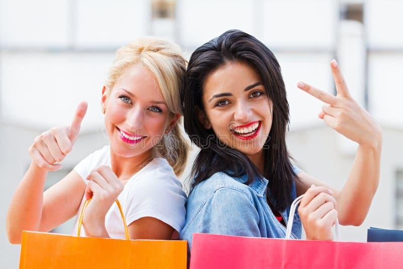 Gelukkige Vrouwen met het Winkelen Zakken stock afbeelding