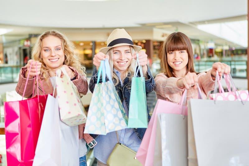 Gelukkige vrouwen met vele het winkelen zakken royalty-vrije stock foto