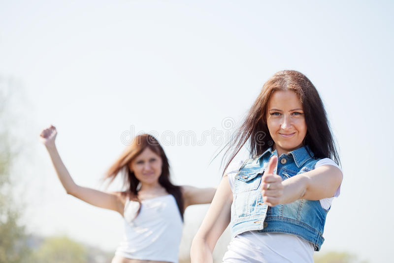 Gelukkige vrouwen samen stock fotografie