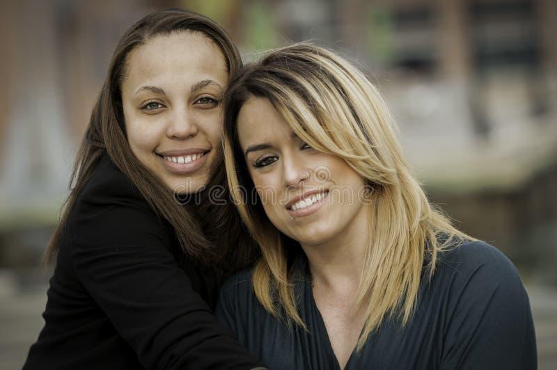 Gelukkige vrouwen tussen verschillende rassen royalty-vrije stock foto's