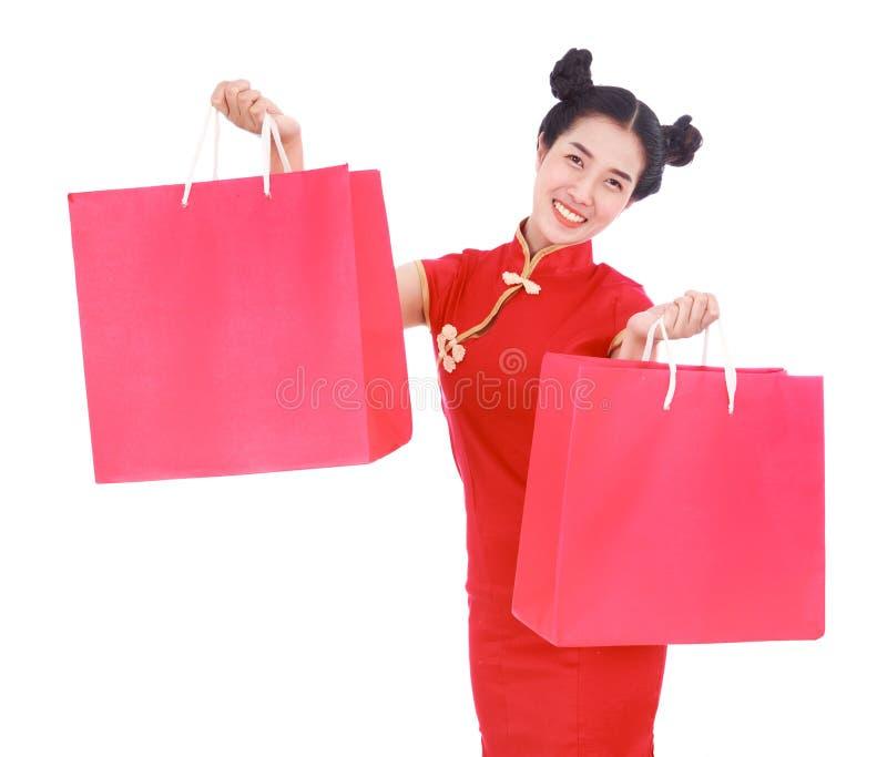 Gelukkige vrouwenholding het winkelen zak op Chinese nieuwe jaarviering stock foto