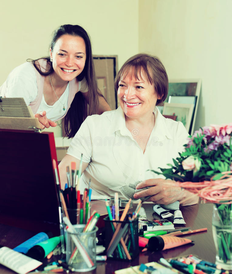 Gelukkige vrouwenkunstenaar met haar bewonderaar stock afbeeldingen