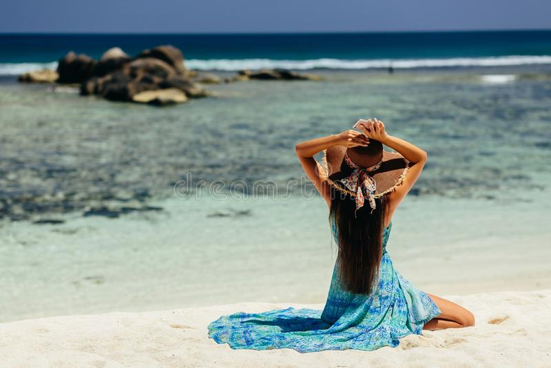 Gelukkige vrouwenreis met smartphone op strand stock afbeelding
