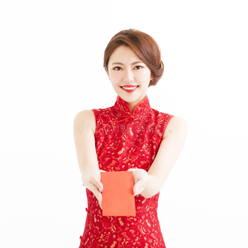 Gelukkige vrouwenslijtage cheongsam en gevend Rode enveloppen stock afbeeldingen