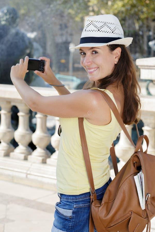 Gelukkige vrouwentoerist die beeld nemen tijdens pholidays stock afbeelding