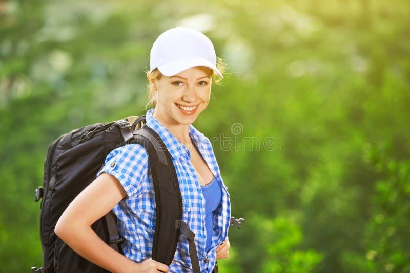 Gelukkige vrouwentoerist met een rugzak stock afbeeldingen