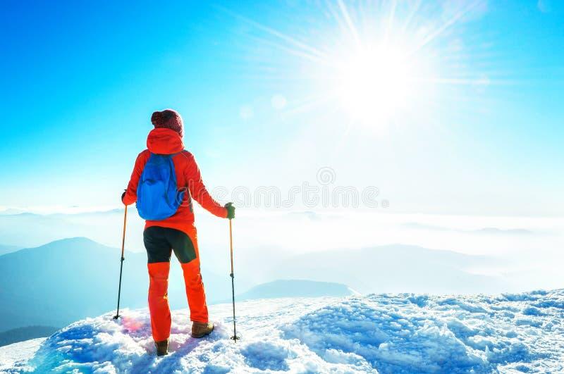 Gelukkige wandelaar die bereikend het levensdoel, succes, vrijheid en hap winnen stock afbeeldingen
