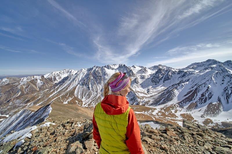 Gelukkige wandelaar die in de bergen, de vrijheid en het geluk, voltooiing in bergen lopen stock afbeelding