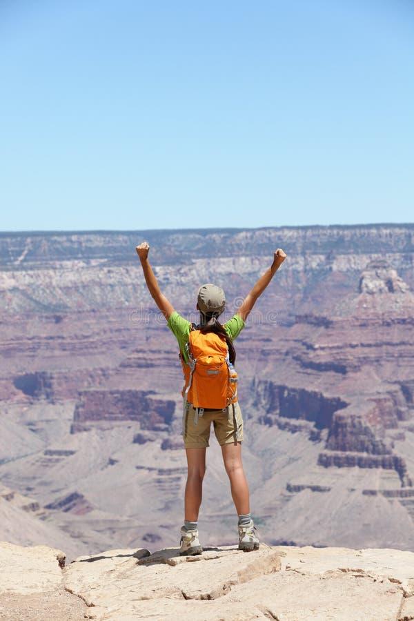 Gelukkige wandelaar door Grote de rand te toejuichen van het Canionzuiden stock afbeeldingen