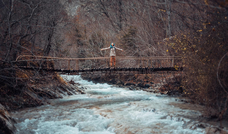 Gelukkige wandelaar op brug stock afbeeldingen