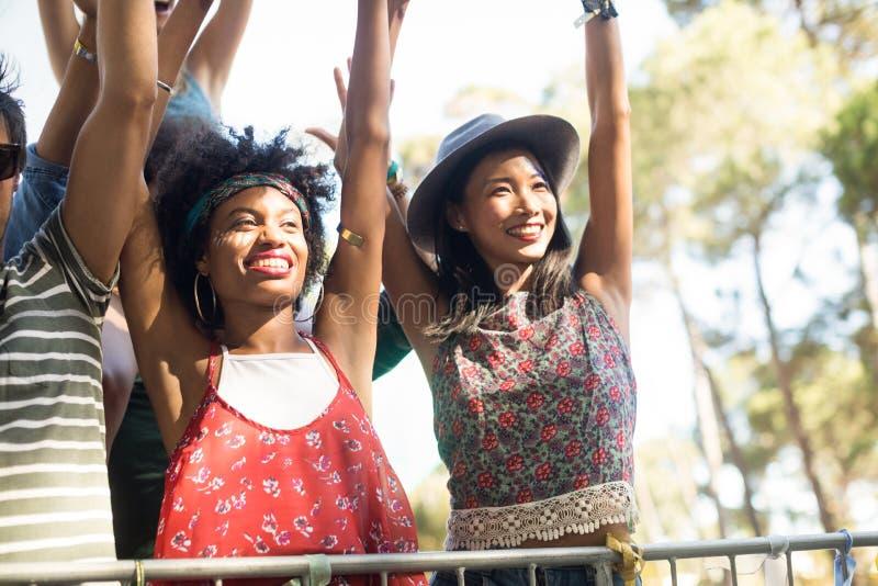 Gelukkige wijfjes die bij muziekfestival genieten van royalty-vrije stock foto