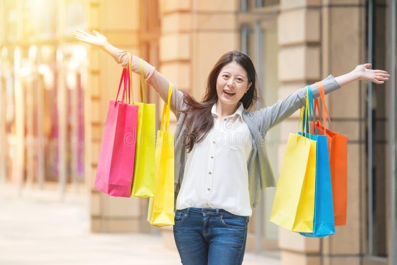 Gelukkige winkelende vrouw op stedelijke straat stock fotografie
