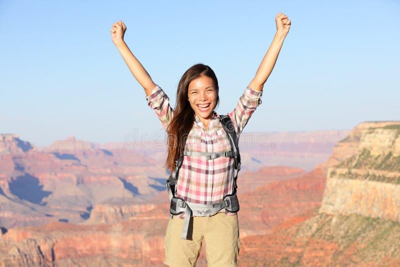 Gelukkige winnaarwandelaar in Grand Canyon -het toejuichen royalty-vrije stock foto