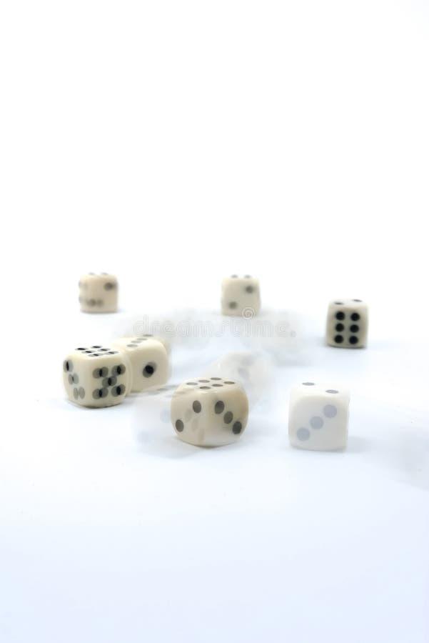 Gelukkige witte dicewhite dobbelt op witte achtergrond, thematische geluk en kansspelen stock fotografie