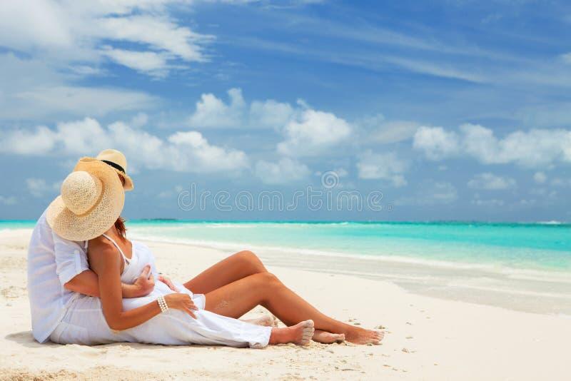 Gelukkige wittebroodswekenvakantie bij Paradijs Het paar ontspant royalty-vrije stock afbeelding