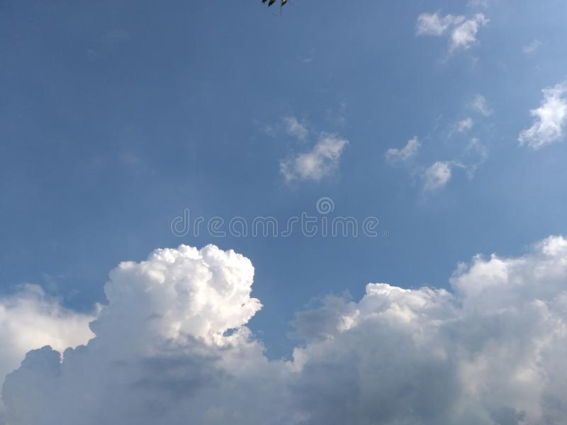Gelukkige wolken royalty-vrije stock afbeelding
