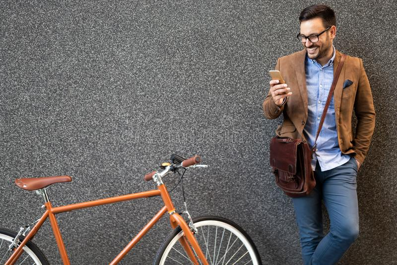 Gelukkige zakenman berijdende fiets om in ochtend te werken royalty-vrije stock afbeelding