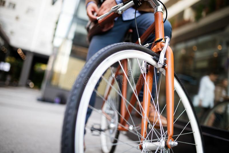 Gelukkige zakenman berijdende fiets om in ochtend te werken stock fotografie