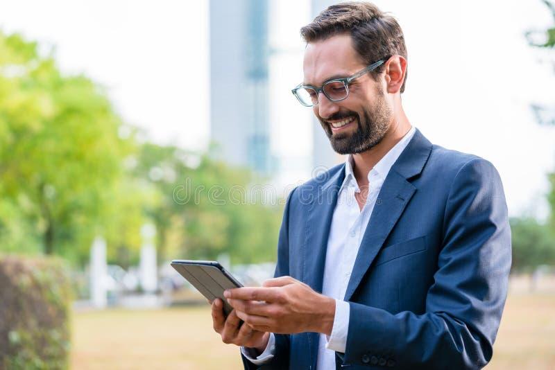 Gelukkige zakenman die digitale tablet gebruiken stock foto's