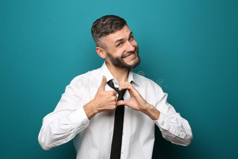 Gelukkige zakenman die duim-op gebaar op kleurenachtergrond tonen stock afbeeldingen