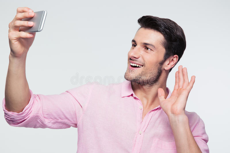 Gelukkige zakenman die groetteken op smartphone tonen royalty-vrije stock afbeelding