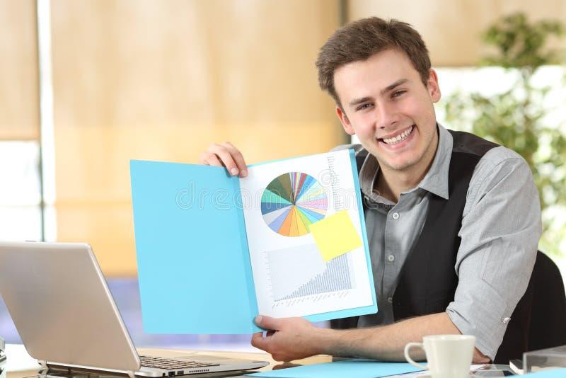 Gelukkige zakenman die leeg document tonen bij camera royalty-vrije stock foto