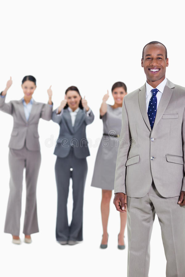 Gelukkige zakenman met het goedkeuren van medewerkers stock foto's
