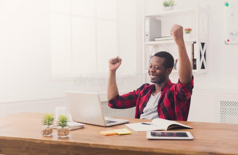 Gelukkige zakenmanwinst Winnaar, zwarte mens in bureau stock afbeeldingen