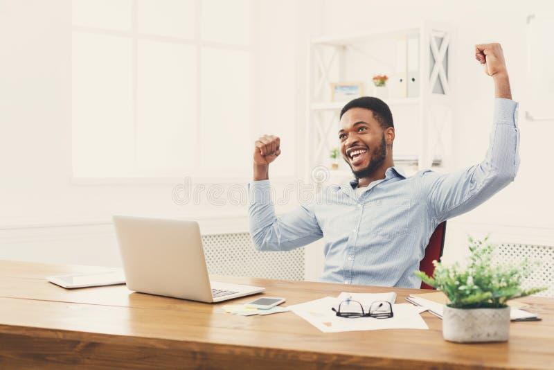 Gelukkige zakenmanwinst Winnaar, zwarte mens in bureau stock foto's