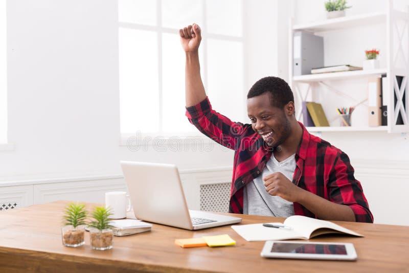 Gelukkige zakenmanwinst Winnaar, zwarte mens in bureau stock foto