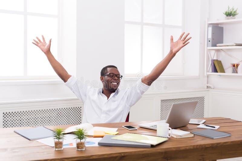 Gelukkige zakenmanwinst Winnaar, zwarte mens in bureau royalty-vrije stock afbeeldingen
