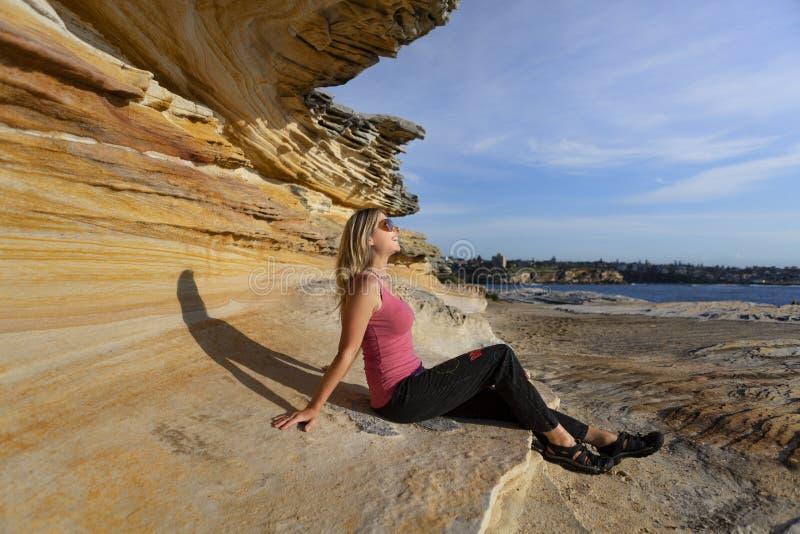 Gelukkige zon houdende van vrouw door de oceaan royalty-vrije stock foto's