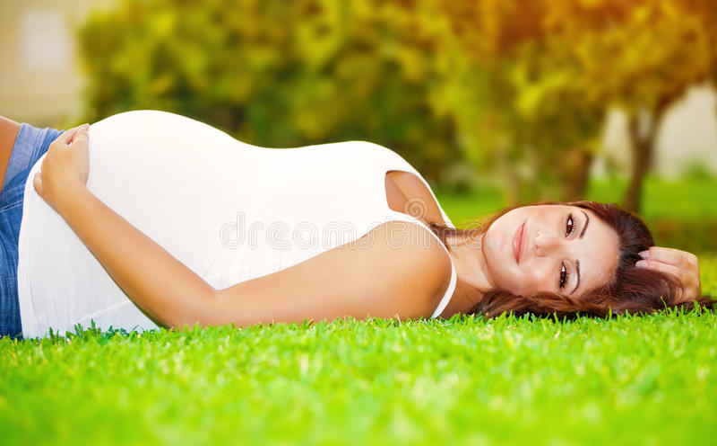 Gelukkige zwangere vrouw stock foto