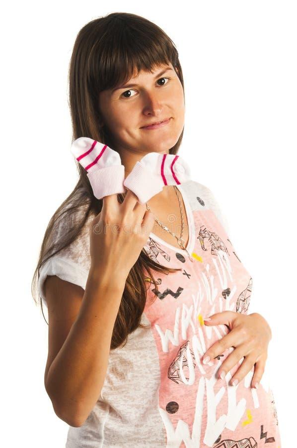 Gelukkige zwangere vrouw die kleine sokken houden royalty-vrije stock foto's